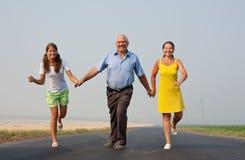 Una famiglia di tre sulla strada Immagine Stock