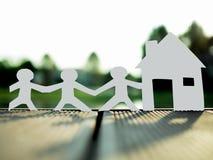 Una famiglia e una casa nel parco, risparmiano i soldi per il concetto futuro del bene immobile fotografia stock libera da diritti