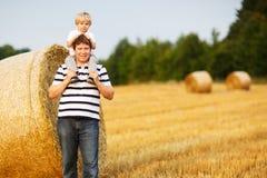 Una famiglia felice di due: Giovane padre e suo piccolo divertiresi del figlio Fotografia Stock Libera da Diritti