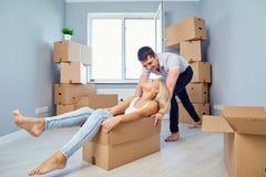 Una famiglia felice sta divertendosi in un nuovo appartamento a casa immagini stock