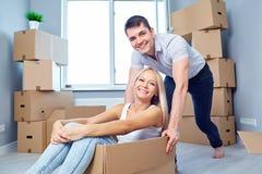 Una famiglia felice sta divertendosi in un nuovo appartamento a casa immagine stock libera da diritti