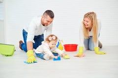 Una famiglia felice sta lavando il pavimento fotografia stock libera da diritti