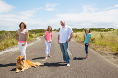 Una famiglia felice su una strada campestre calma Fotografie Stock Libere da Diritti