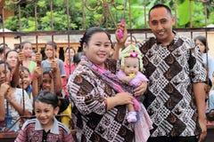 Una famiglia nella celebrazione della nascita di sua figlia sette m. Immagine Stock