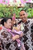 Una famiglia nella celebrazione della nascita di sua figlia sette m. Fotografie Stock Libere da Diritti