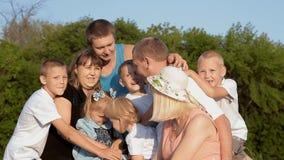 Una famiglia numerosa con molti bambini stock footage