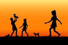 Una famiglia si rilassa al tramonto Immagine Stock