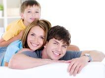 Una famiglia sorridente felice di tre genti Immagine Stock Libera da Diritti