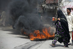 Una famiglia sta passando da fuoco Immagine Stock