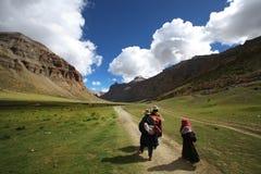 Una famiglia tibetana su un pellegrinaggio Fotografie Stock