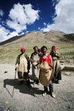 Una famiglia tibetana su un pellegrinaggio Immagine Stock