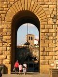 Una famiglia turistica che entra nel palazzo Florenc di Pitti Immagine Stock