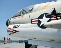 Una famiglia turistica e un Corsair A-7 II Fotografia Stock Libera da Diritti