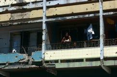 Una famiglia in una guerra ha danneggiato la costruzione in Angola. Fotografia Stock Libera da Diritti