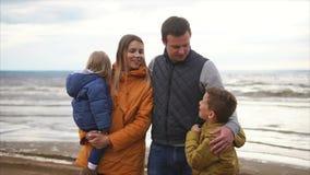 Una familia amistosa está descansando por el mar, gozándose compañía del ` s metrajes