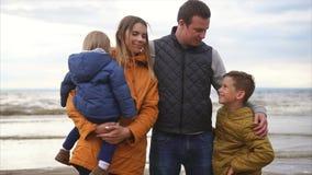 Una familia amistosa está descansando por el mar, gozándose compañía del ` s almacen de video