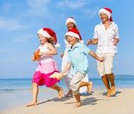 Una familia caucásica está disfrutando de vacaciones de verano imagenes de archivo