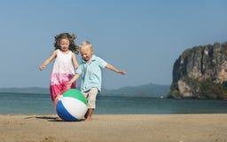 Una familia caucásica está disfrutando de vacaciones de verano fotografía de archivo