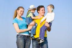 Una familia con dos niños Fotografía de archivo