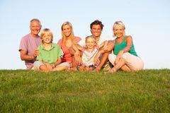 Una familia, con los padres, los niños y los abuelos Fotos de archivo