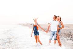 Una familia con un adolescente está descansando sobre el mar imagen de archivo