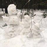 Una familia de muñecos de nieve Imagen de archivo libre de regalías