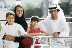 Una familia de Oriente Medio que disfruta de una comida imagenes de archivo