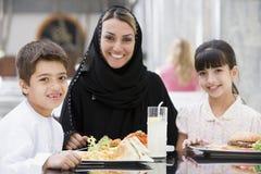 Una familia de Oriente Medio que disfruta de una comida. foto de archivo