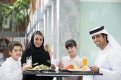 Una familia de Oriente Medio que disfruta de una comida Foto de archivo