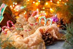 Una familia de pacanas del jengibre, de pequeña gente celebrando el Año Nuevo y la Navidad, atmósfera del día de fiesta de la fam Imagen de archivo libre de regalías