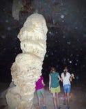 Una familia en la cueva de Coronado, monumento nacional de Coronado Foto de archivo libre de regalías