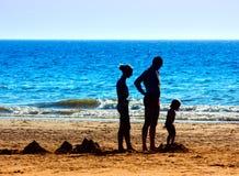 Una familia en la playa Imágenes de archivo libres de regalías