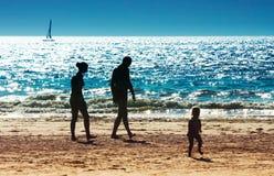 Una familia en la playa Imagenes de archivo