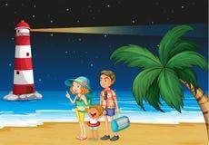 Una familia en la playa cerca del parola Fotos de archivo libres de regalías