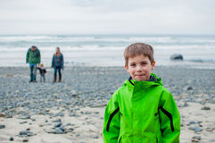 Familia que camina en la playa Imagen de archivo