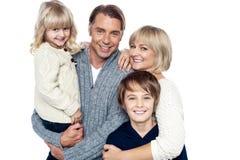Una familia feliz con los niños en estudio fotos de archivo