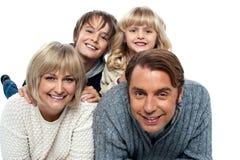 Una familia feliz en el fondo blanco imagenes de archivo