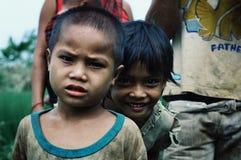 una familia feliz joven que camina a casa de los campos después de un trabajo largo del día con los muchachos imágenes de archivo libres de regalías