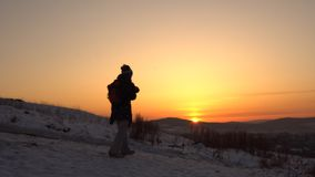 Una familia feliz se coloca en una montaña en invierno metrajes