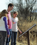 Una familia lee una muestra en Murray Springs Clovis Site Imágenes de archivo libres de regalías