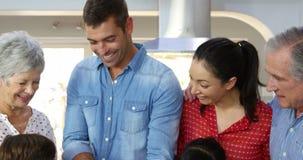 Una familia multi de la generación se junta para cocinar metrajes