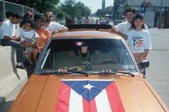 Una familia puertorriqueña con su indicador cubrió el coche Imagenes de archivo