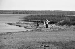 Una familia que se divierte en el lago Fotografía de archivo libre de regalías