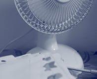 Una fan de tabla portátil en modo de trabajo imagenes de archivo