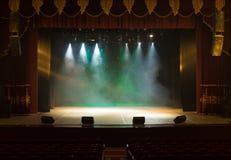 Una fase vuota del teatro, accesa dai riflettori e dal fumo Fotografia Stock Libera da Diritti