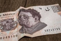 Una fattura di 500 pesi messicani sembra essere triste Immagine Stock