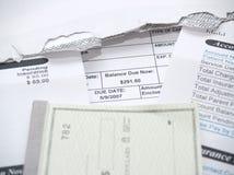 Una fattura medica e un libretto degli assegni immagini stock