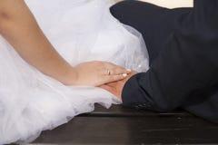 Una fede nuziale su un dito Immagini Stock
