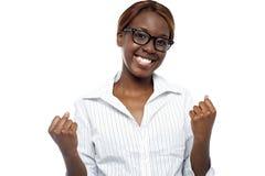 Una femmina che esprime il suo successo. Sì, lo abbiamo fatto! Immagine Stock Libera da Diritti