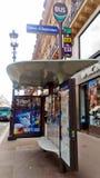 Una fermata dell'autobus a Parigi immagini stock libere da diritti